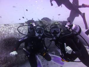 The chicas scuba too!